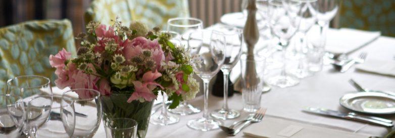 Dækket bord med blomster